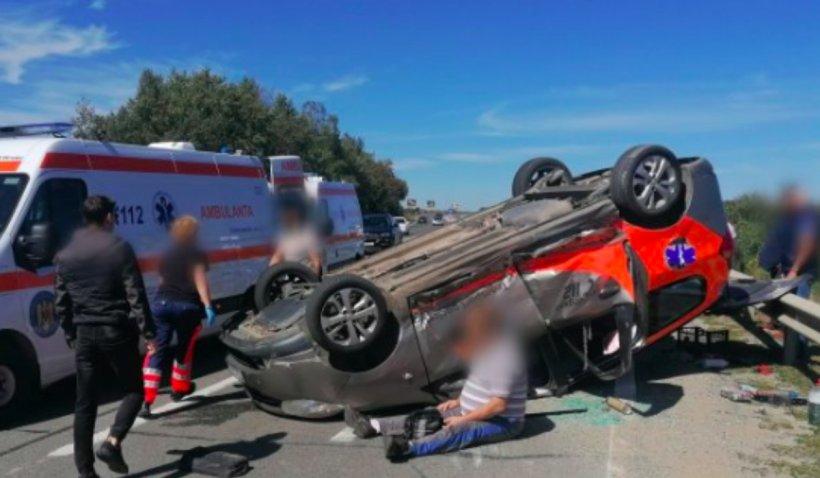 O ambulanţă răsturnată pe şosea, patru victime și trafic îngreunat, după un accident pe DN1, la Sibiu