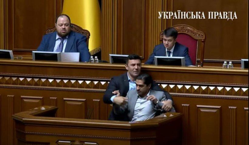 """Un deputat a fost smuls de la tribună, în plin scandal al mercenarilor """"Wagner"""" în Parlamentul din Ucraina"""