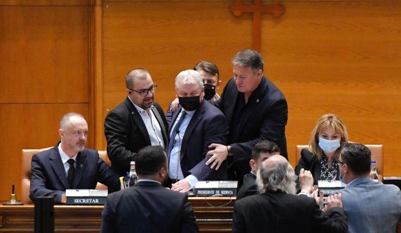 Imagini exclusive: Cum a început bătaia din Parlament dintre Florin Roman, AUR și USR PLUS