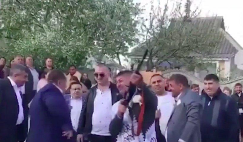 """Nuntă cu manele și mitraliere, unde invitații trag focuri de armă în fața lui Adrian Minune: """"Nu mă sperii așa repede eu. Am dat copilul la o parte"""""""