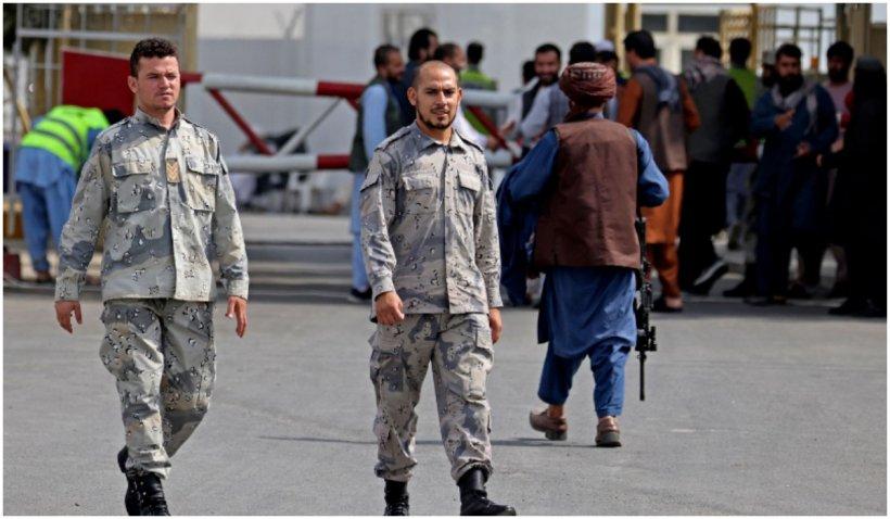 Poliția afgană și-a reluat activitatea pe aeroportul din Kabul, alături de talibani