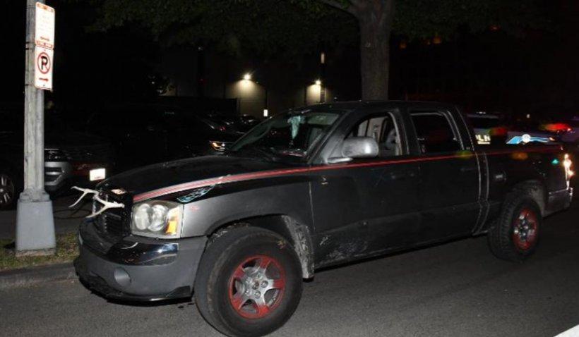 Un bărbat cu macetă, baionetă și zvastică pe mașină a fost arestat la Washington, înainte de mitingul simpatizanților de dreapta