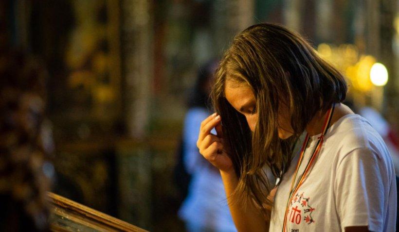 Ce simbolizează semnul crucii și de ce ne închinăm cu mâna dreaptăși nu cu cea stângă