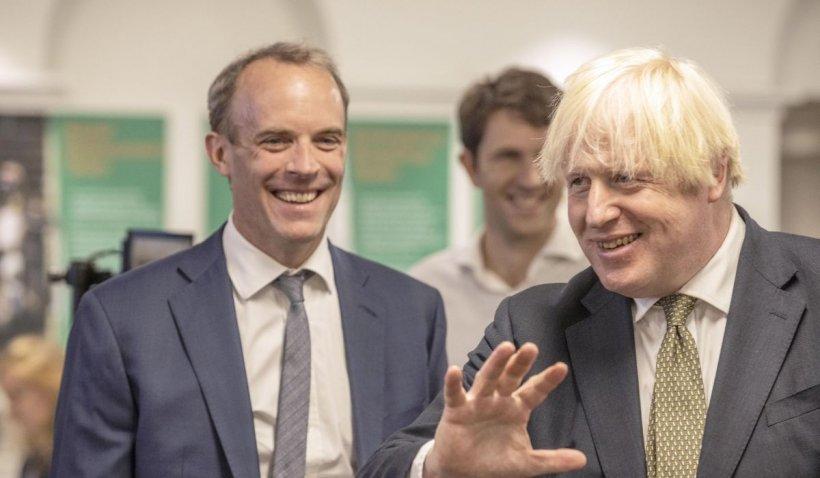 Remaniere la Londra. Ce s-a întâmplat cu ministrul de externe, surprins la plajă în Grecia în timp ce talibanii intrau în Kabul