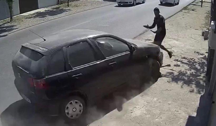 Tânăr din Brăila, filmat când este spulberat intenţionat cu maşina, după ce l-ar fi înjunghiat pe fratele şoferului