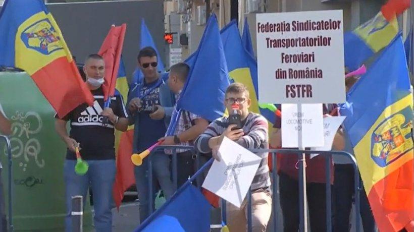 Protest în Piaţa Victoriei din Capitală. Sute de angajaţi îşi strigă nemulţumirile în stradă