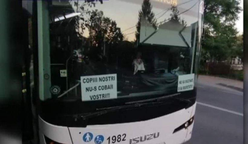 """Şofer ieșean de autobuze pentru transport public, sancționat după ce a lipit afişe antivaccin în parbriz: """"Copiii noștri nu sunt cobaii voștri"""""""