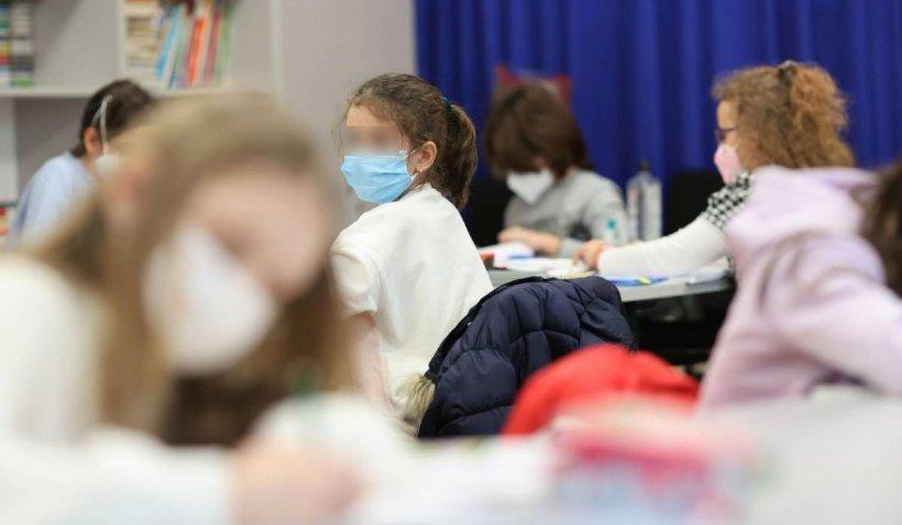O elevă de opt ani din Maramureş acuză că a fost bătută de învăţătoare cu cărţile peste cap