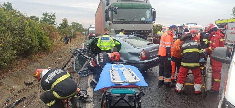 Accident grav la Dumbrăveni între un TIR şi trei maşini. O persoană a ajuns la spital