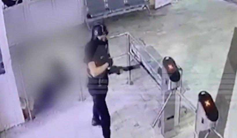 Atacul armat din Rusia: agresorul și-a executat una dintre victime în holul Universității din Perm. Atrocitatea, surprinsă de camera de supraveghere