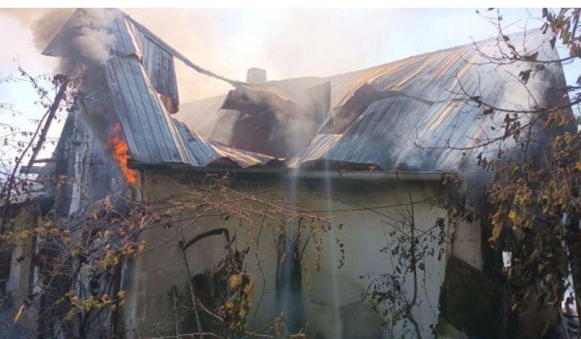 O bătrânică de 101 ani a fost salvată în ultima clipă de fiu, după ce i-a luat foc casa, în Botoşani