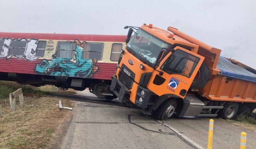 Accident grav pe calea ferată în Timiş între un camion şi un tren. Două persoane au ajuns la spital