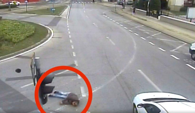 Un pieton beat a trecut pe roșu și a fost spulberat de o mașină, pe o trecere de pietoni din Timișoara