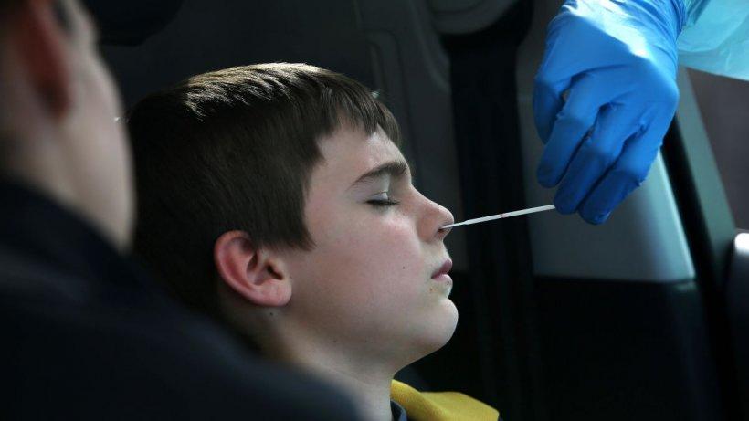 Copiii sub 12 ani nu mai sunt nevoiți să prezinte test COVID