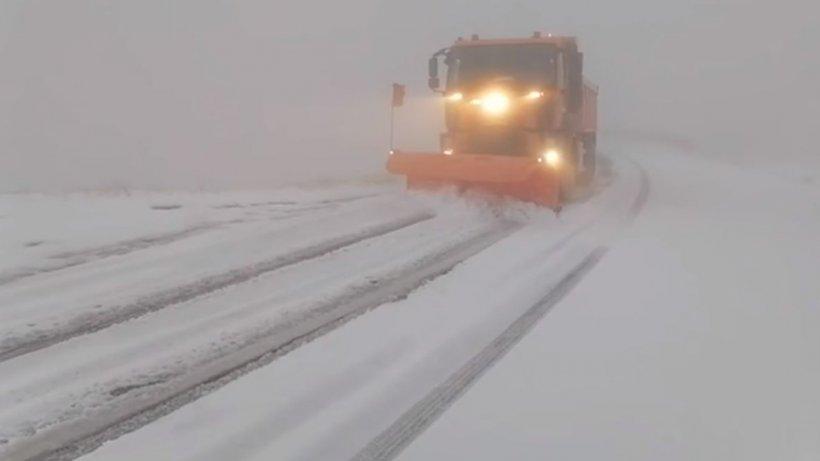 Zăpadă de peste 10 centimetri în România. Se intervine cu utilaje de deszăpezire