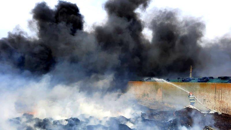 Incendiu uriaş în judeţul Giurgiu. 500 de anvelope uzate și 40 de tone de siloz de porumb s-au făcut scrum