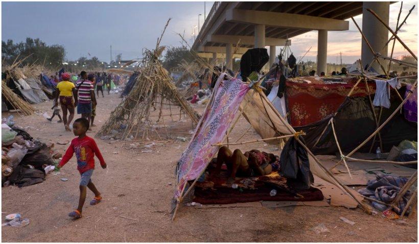 Nu se mai află migranţi în tabăra din Del Rio