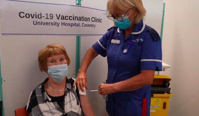 Prima persoană din lume vaccinată anti-COVID cu Pfizer a primit a treia doză. Are 91 de ani