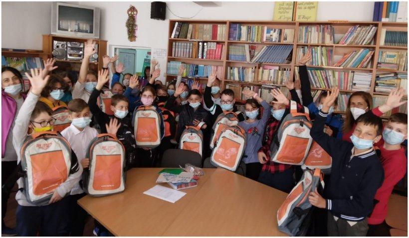 5.000 de elevi din toate regiunile ţării au primit ghiozdane complet echipate pentru noul an școlar