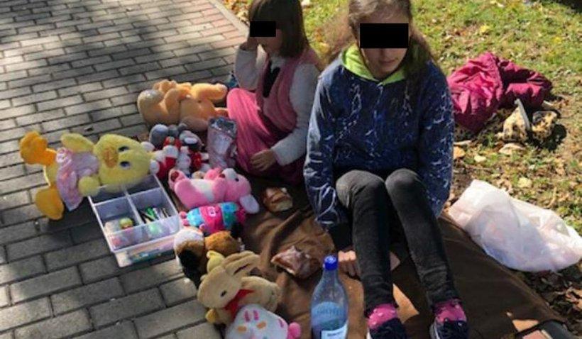 """Iasmina şi Iuliana îşi vând jucăriile în stradă, cu lacrimi în ochi, la Roman, """"ca să achite mama facturile. N-avem încotro"""""""