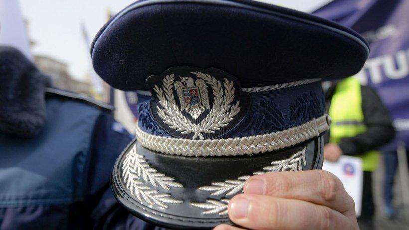 Patru bărbați au sechestrat și umilit un polițist care îi făcuse propuneri indecente prietenei unuia dintre ei