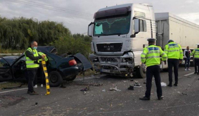 Accident grav la Albina. Doi bărbați au murit după ce o mașină s-a izbit violent de un TIR