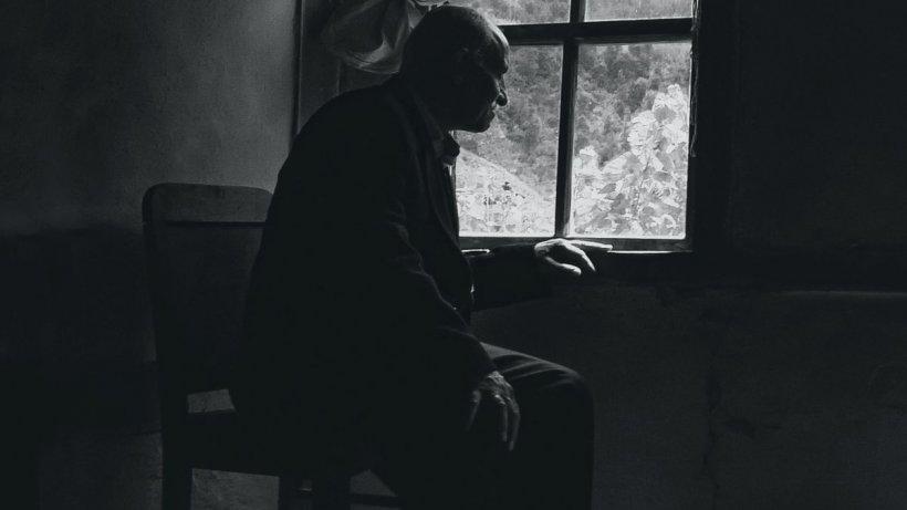 Un bătrân s-a aruncat în fața trenului, de dorul soției cu care trăise 50 de ani