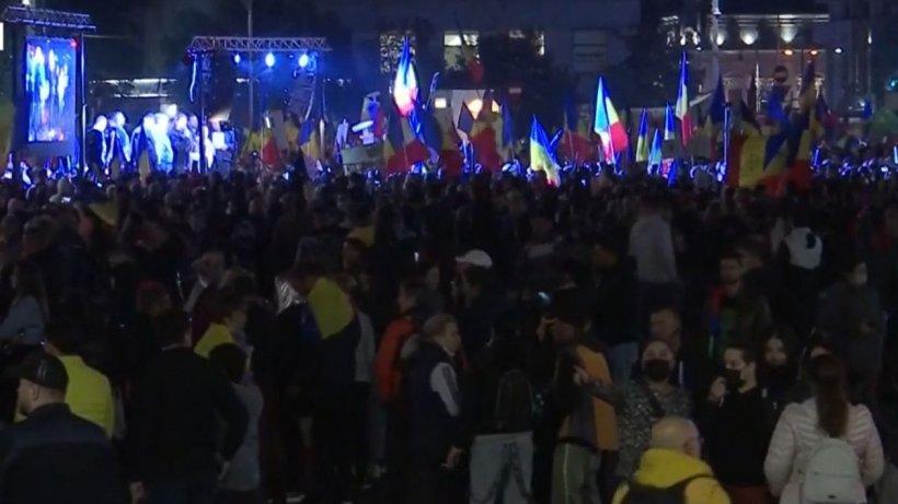 """Protest de amploare în București. 20.000 de oameni au scandat """"Libertate!"""" în fața Guvernului"""