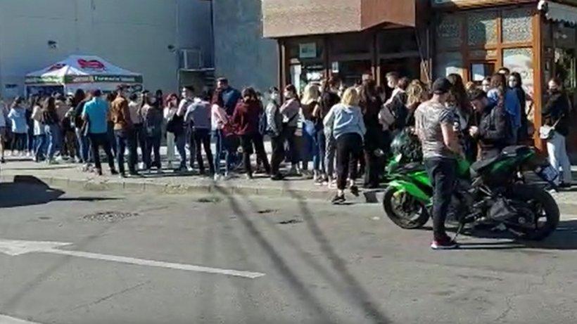 Studenţii din Craiova, la coadă pentru testare, altfel nu se pot prezenta la cursuri