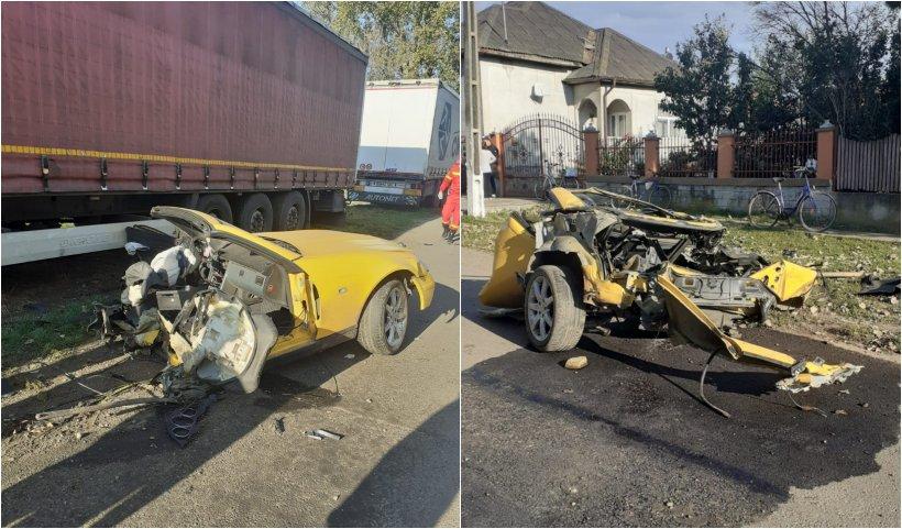 O mașină s-a rupt în două, după ce s-a izbit de un stâlp, a ricoşat într-un utilaj agricol şi s-a oprit într-un TIR