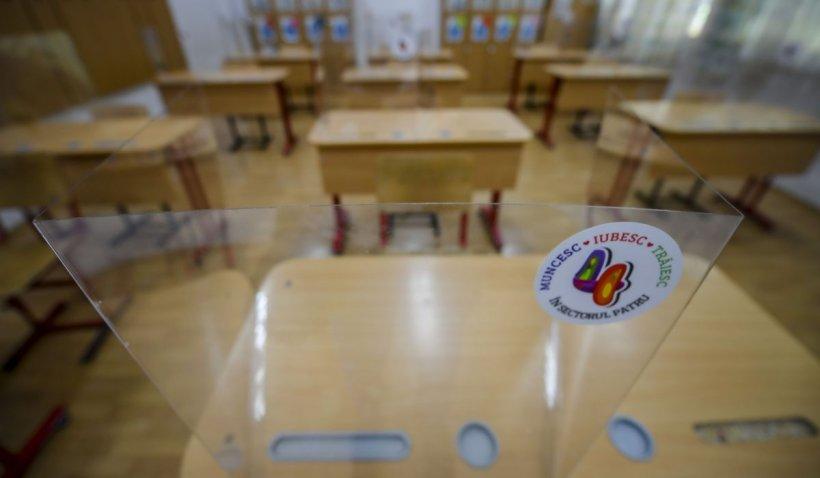 15 școli și licee din București trec în mediul online