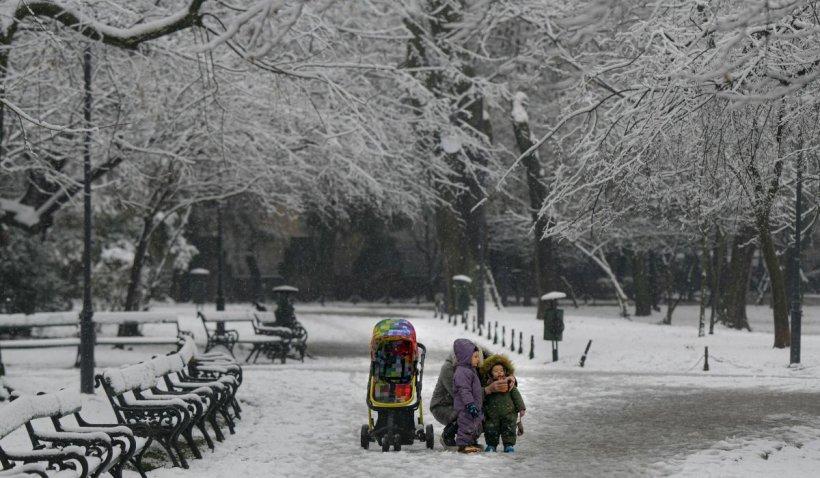 Prognoza meteo pentru weekend: Vin ploile și ninsorile. Este tot mai frig în România