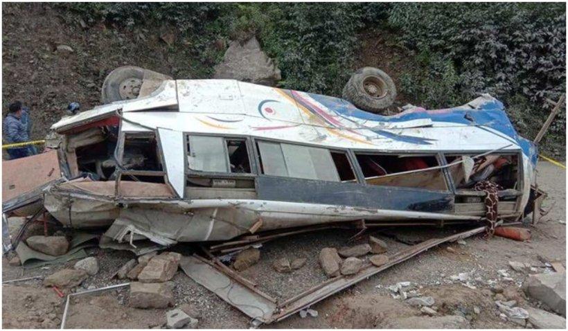 32 de persoane au murit după ce un autobuz din Nepal a căzut într-o prăpastie