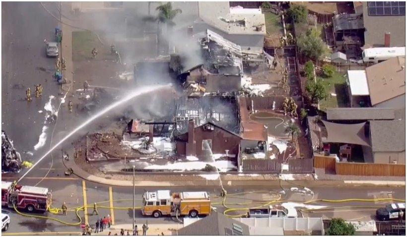 Cel puțin două persoane au murit după ce un avion de mici dimensiuni s-a prăbușit peste case în California