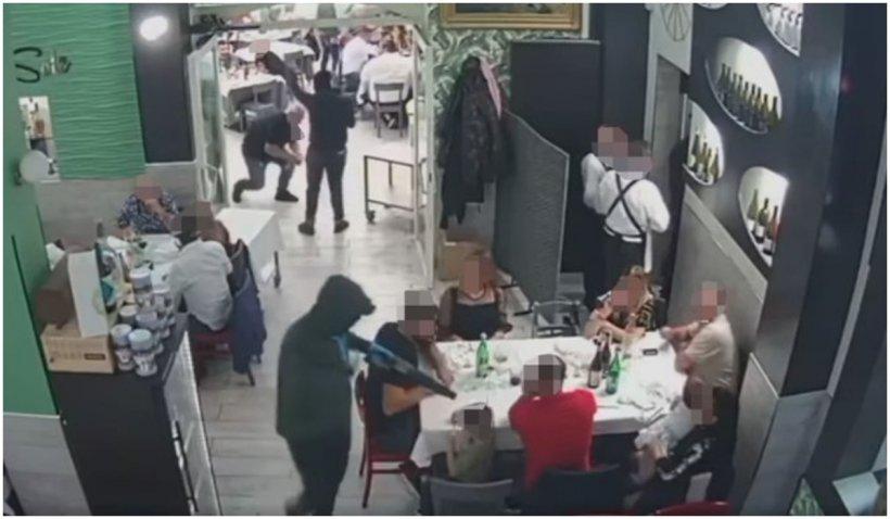 Doi hoți înarmați cu mitraliere au amenințat familiile cu copii dintr-o pizzerie italiană
