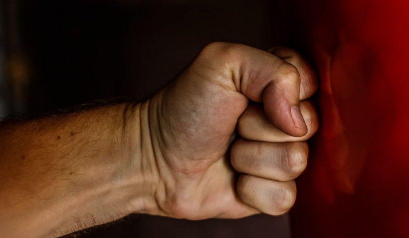 Pumnul lovește, indiferența ucide. 90% din cazurile de violență vin din consumul de alcool