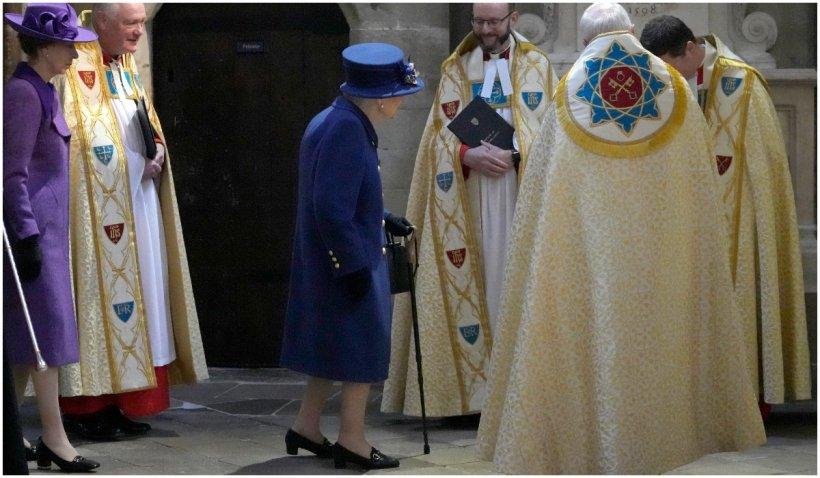 Regina Elisabeta a II-a a fost văzută în timp ce mergea folosind un baston