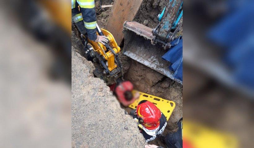 Un mal de pământ a căzut peste un muncitor care lucra la o canalizare, în Maramureș