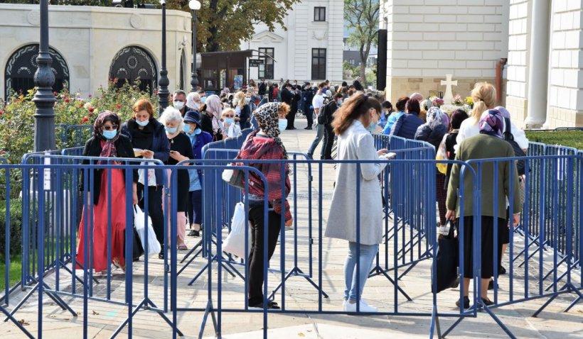 Peste 52.000 de pelerini au trecut pe la racla cu moaștele Sfintei Parascheva