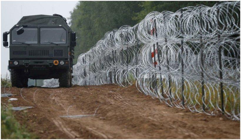 Polonia vrea să construiască un gard permanent la frontiera cu Belarus