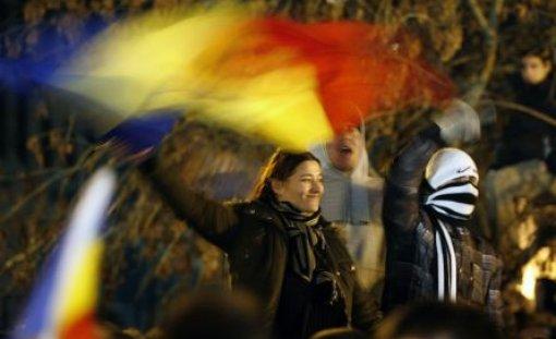 A patra zi de PROTESTE: Câteva sute de manifestanţi scandează împotriva PDL şi a lui Băsescu. Nouă protestatari au fost reţinuţi