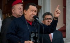 Hugo Chavez withdraws military attaches from Paraguay
