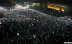 Bucharest protest: Protesters shine lights in Victoria Square with mobile phone screens and flashlights
