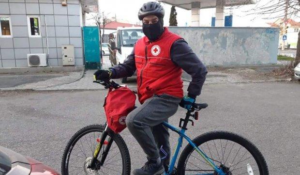 Biciclist din Constanța, cumpărături pentru oamenii izolați