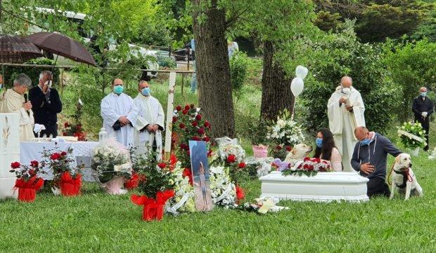 Fetița româncă din Italia, care a murit înecată într-o piscină, a fost înmormântată