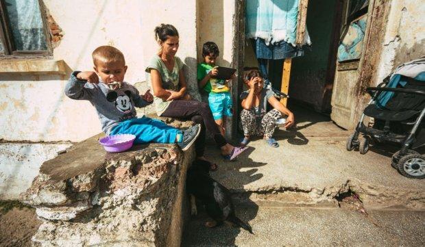 Copii și părinți pe scările fostului pichet militar din Botoșani