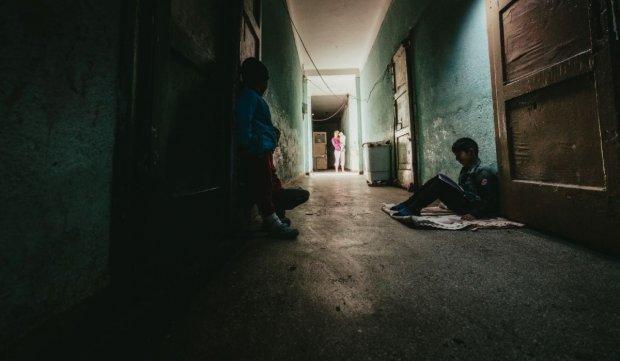 Copiii din fostul pichet militar din Botoșani își fac lecțiile pe holul clădirii aflate în ruină