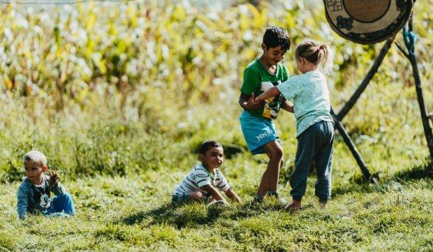 Copii care locuiesc în fostul pichet militar din Botoșani se joacă