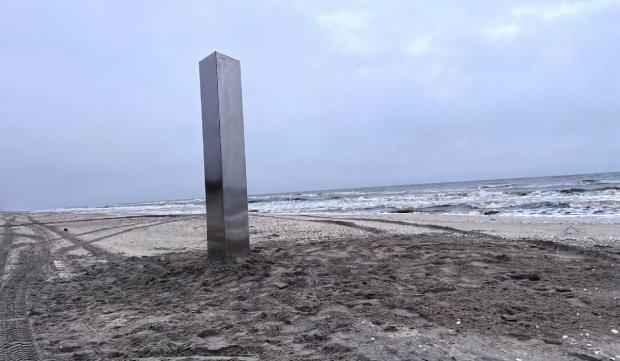 Monolit plantat pe plaja din Vadu