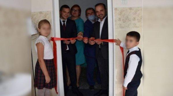 Politică pentru toate nevoile. Demnitarii care au tăiat panglica unui WC de școală din Republica Moldova au fost reclamați la Parchet